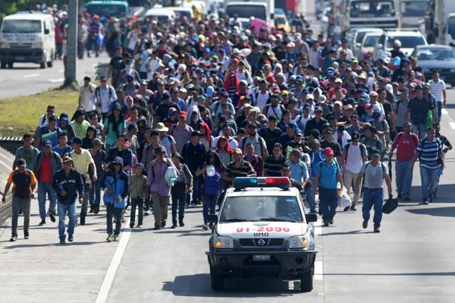 Inspirados pela caravana de Honduras, migrantes de El Salvador embarcam em uma jornada para os Estados Unidos, em San Salvador, 31 de outubro | MARVIN RECINOS /AFP