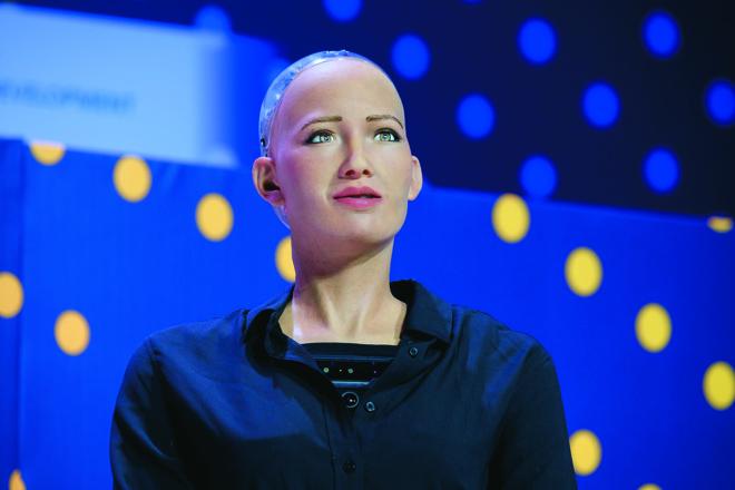 O robô humanoide Sophia simula mais de 60 expressões faciais diferentes, localiza e reconhece rostos, olha nos olhos das pessoas e mantém conversações naturais. | Bigstock
