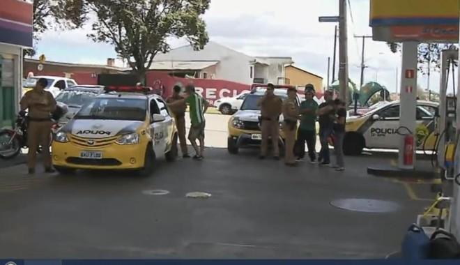 Polícia Militar foi acionada sábado para atender os motoristas lesados no posto do Sítio Cercado. | RPC TV/