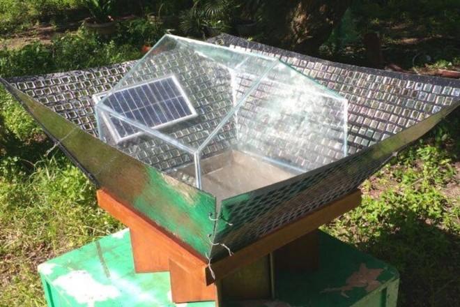 A proposta é baseada em um protótipo feito com materiais reaproveitáveis. Para confecciona-lo, são necessários apenas um recipiente inox, vidro, mangueiras, baldes e espelho. | Aldenir Melo.