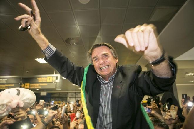 Jair Bolsonaro em recepção no aeroporto de Curitiba.   Marcelo Andrade/Gazeta do Povo
