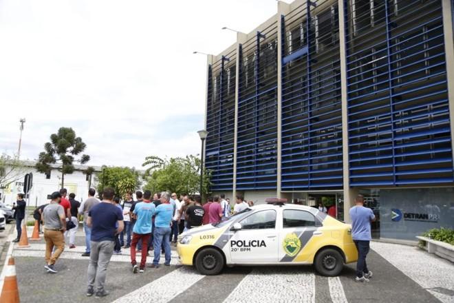 Polícia Militar acompanha manifestação no Detran-PR. | Marcos Charneski/Tribuna do Paraná