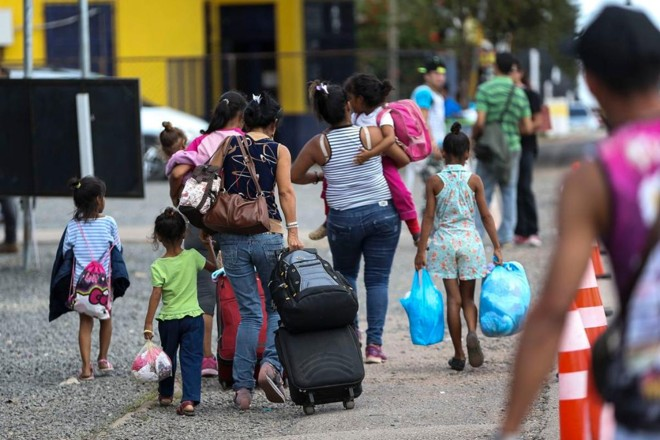 Imigrantes venezuelanos cruzam a fronteira com o Brasil, em Pacaraima, Roraima | Marcelo Camargo/Agência Brasil
