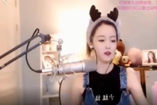"""Em um vídeo de 10 segundos, Yang Kaili cantarolou o início da""""Marcha dos Voluntários""""   Reprodução/Twitter"""