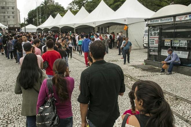 Fila do emprego: milhares de pessoas fizeram fila na Praça Rui Barbosa, em Curitiba, em busca de vagas de emprego ofertadas em um mutirão  de empresas com oportunidades abertas. | Marcelo Andrade/Gazeta do Povo