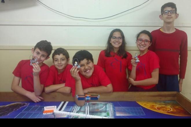Alunos do time de robótica da Escola Municipal Professor Erasmo Pilotto, de Curitiba |