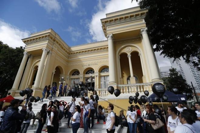 Servidores protestaram em frente à Câmara de Curitiba. | Jonathan Campos/Gazeta do Povo