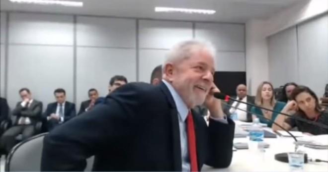 Lula recebe a visita de um barbeiro duas vezes por mês | Reprodução/