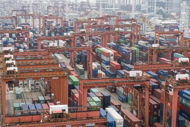 Movimento de contêineres no porto de Hong Kong | Anthony Kwan/ Bloomberg