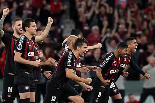 Time rubro-negro corre para comemorar a classificação após a decisão por pênaltis. | Albari Rosa/Gazeta do Povo/