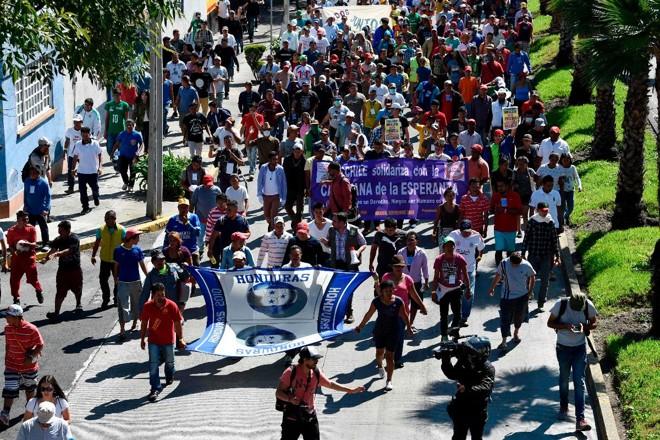 Migrantes centro-americanos que se dirigem em uma caravana para os EUA marcham em direção à sede do Acnur, na Cidade do México | ALFREDO ESTRELLA/AFP