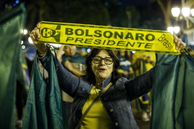 Apoiadora de Bolsonaro, em Curitiba (PR), comemorando a vitória de capitão da reserva | André Rodrigues/Gazeta do Povo