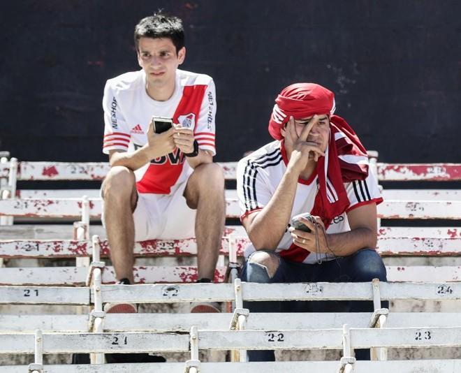 Torcedores do River Plante que já estavam no Monumental de Nuñez foram avisados pelo alto-falantes do estádio que não haveria jogo neste domingo também. | ALEJANDRO PAGNI/AFP