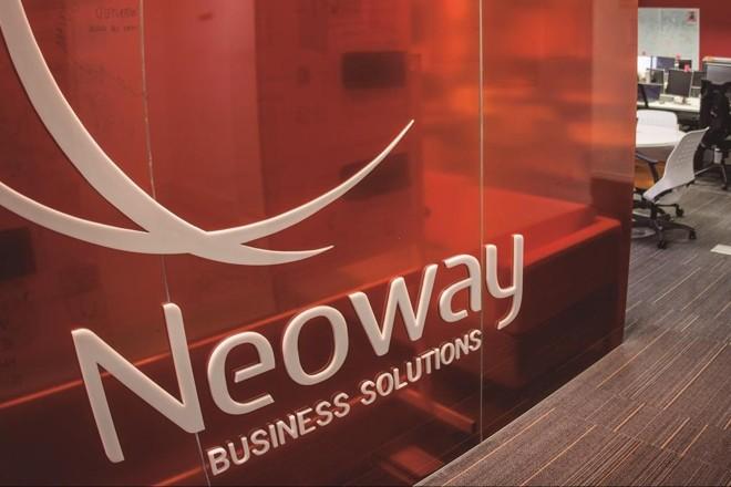 Logo da Neoway na entrada de um dos escritórios da empresa. | Neoway/Divulgação