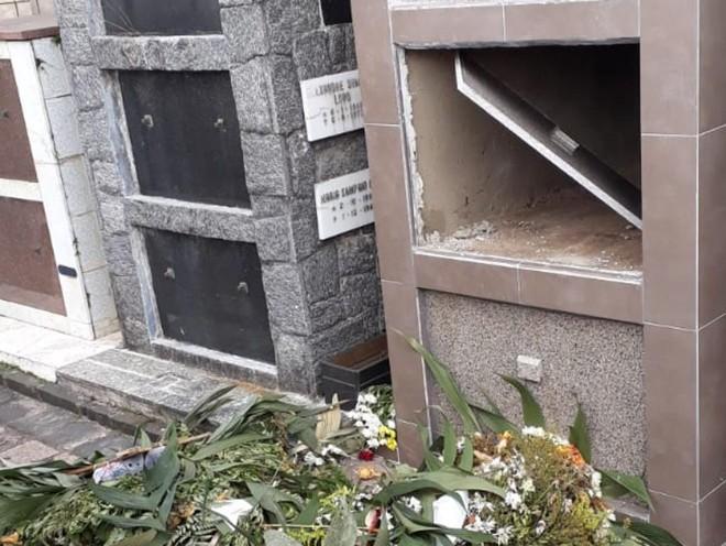 Vândalos quebraram túmulos, vasos e vidros do Cemitério Água Verde. | Divulgação/SMCS