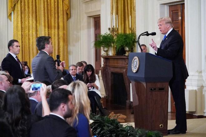 O predidente Trump entra em um debate acalorado com o correspondente da Casa Branca para a CNN Jim Acosta | MANDEL NGAN /AFP