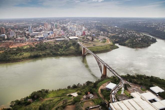 | A última ponte construída entre o Paraguai e o Brasil foi feita há 53 anos, que é a Ponte da Amizade. Foto: Kiko Sierich/Gazeta do Povo/ Arquivo