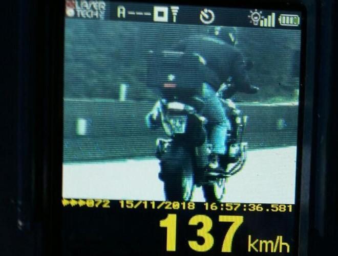 Radar flagra motociclista que tentou esconder placa na BR-277 em direção ao Litoral do Paraná | PRF PR/Divulgação