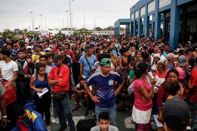 Venezuelanos fazem fila para entrar no Peru em 31 de outubro, último dia para que os migrantes da Venezuela entrassem no país com um visto que não exigia passaporte | JUAN VITA /AFP