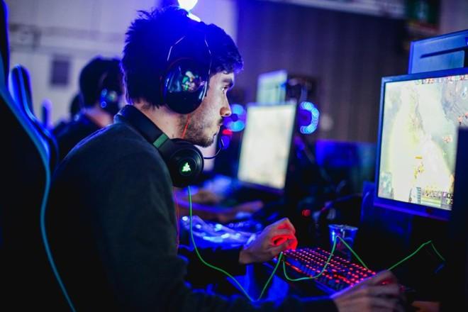 Jovem disputando jogo online em computador. | Brasil Game Show/Divulgação