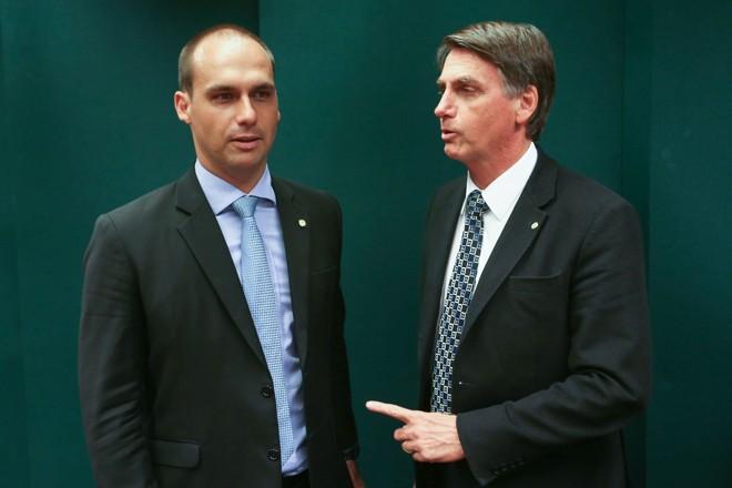 Eduardo com o pai Jair Bolsonaro: ambição internacional. | Fabio Rodrigues Pozzebom/Agencia Brasil