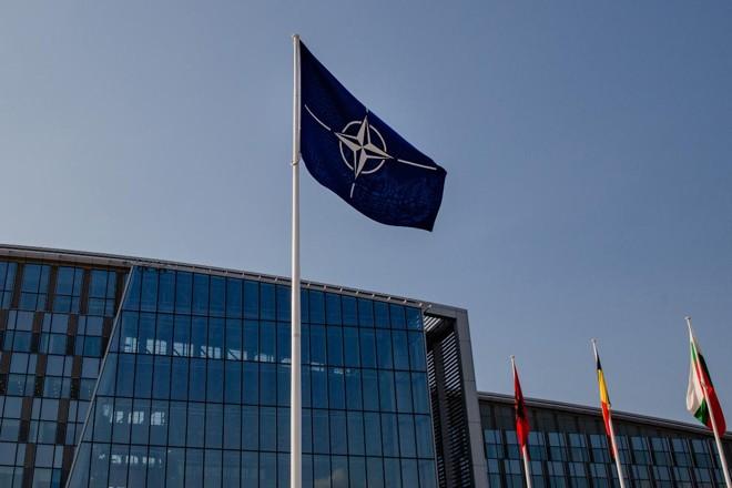 A bandeira da OTAN em frente à sede da organização em Bruxelas, Bélgica | Marlene Awaad /Bloomberg