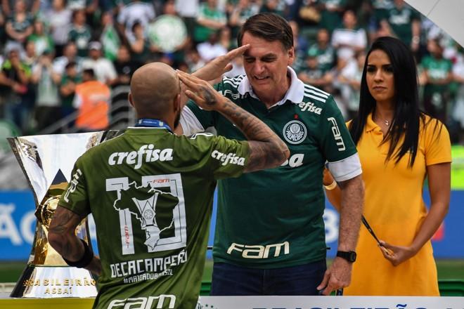 fa055ee23fd Felipe Melo bate continência a Bolsonaro na entrega do troféu: jogador  declarou apoio ao político na eleição. NELSON ALMEIDA/AFP