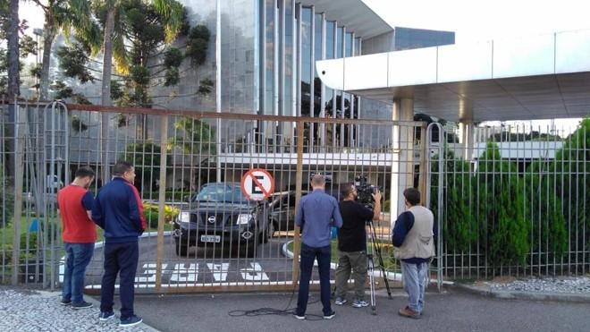 Carros do Gaeco na Assembleia Legislativa, em Curitiba.   Alexandre Mazzo/Gazeta do Povo