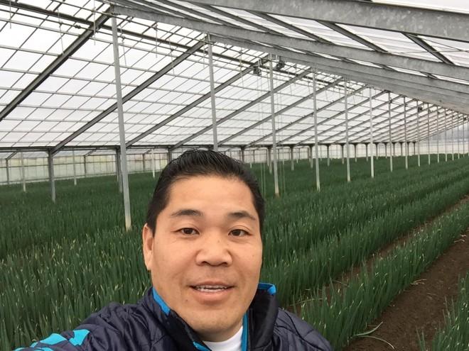 Walter Saito faz selfie em estufa de cebolinhas no Japão | Walter Saito/