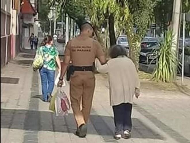 O soldado Diego de Jesus da Silva carregou as sacolas de compras da idosa de 80 anos e a acompanhou até sua casa | Fernanda Ramena Ivanike/Colaboração
