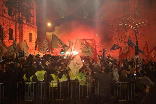 Manifestação de membros e simpatizantes de vários sindicatos, partidos políticos e organizações civis em frente ao prédio do parlamento em protesto contra mudanças no código de trabalho, em Budapeste em 16 de dezembro | PETER KOHALMI/AFP