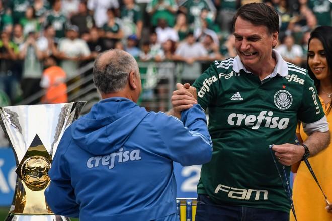 5654d51239a Bolsonaro entrega troféu de campeão brasileiro ao Palmeiras