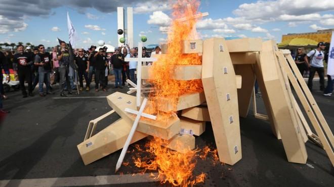 Protesto de servidores públicos em frente ao Congresso em abril de 2017:tentativa de reforma da Previdência do governo Temer sofreu forte resistência do funcionalismo. | Fabio Rodrigues Pozzebom/Agência Brasil