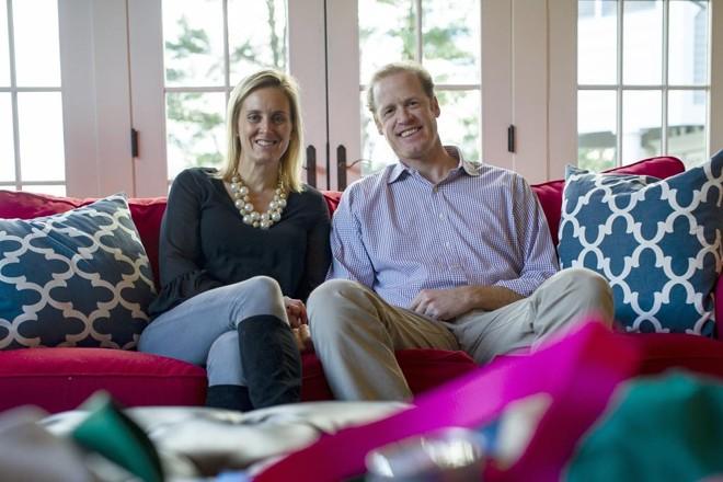 Ashley e Richard Perkin, fundadores da Gells, na residência deles em Southport, Connecticut, EUA. Eles fazem acessários e doam uma parte das vendas para causas locais. | GREGG VIGLIOTTI/NYT