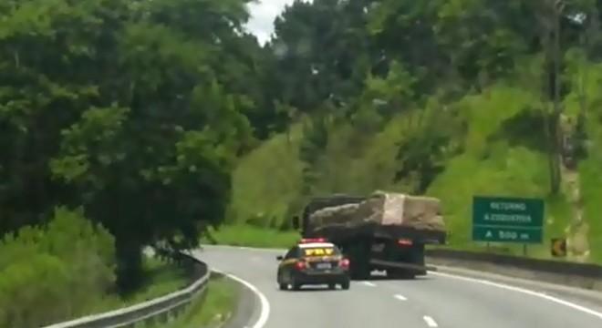 Caminhoneiro dirigiu por um longo trecho em zigue-zague e chegou a fechar a viatura da PRF   PRF-PR/Divulgação