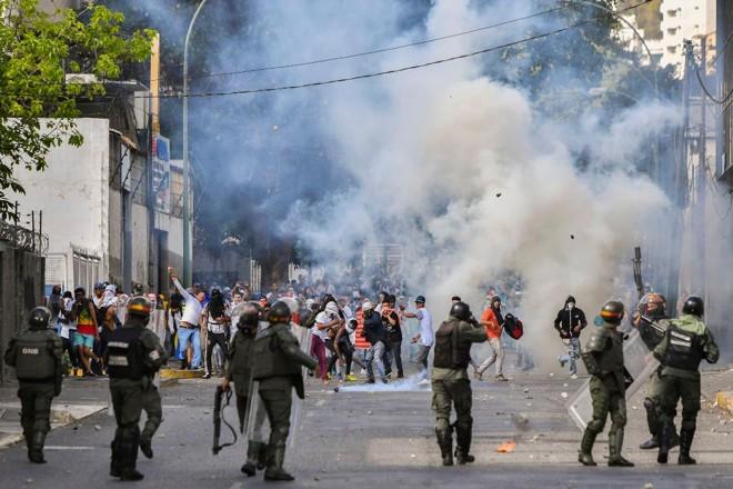 Polícia de Choque entra em confronto com manifestantes contrários ao regime do ditador Nicolás Maduro, em Caracas, 23 de janeiro | YURI CORTEZ /AFP
