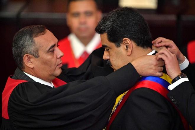 Nicolas Maduro é empossado pelo presidente do Supremo Tribunal de Justiça (TSJ) Maikel Moreno durante a cerimônia de posse de seu segundo mandato, na sede do TSJ em Caracas, em 10 de janeiro de 2019 | YURI CORTEZ/AFP