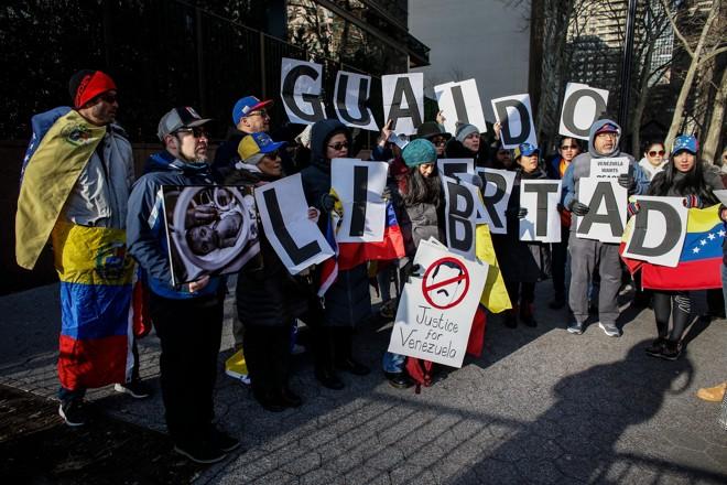Venezuelanos protestaram em favor de Juan Guaidó e contra o ditador Nicolás Maduro diante do prédio das Nações Unidas, em Nova York, enquanto o Conselho de Segurança se reunia. | Kena Betancur/AFP