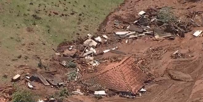 Casas inteiras da comunidade da Vila Ferteco foram encobertas pela lama da barragem que se rompeu. | Reprodução/TV Globo