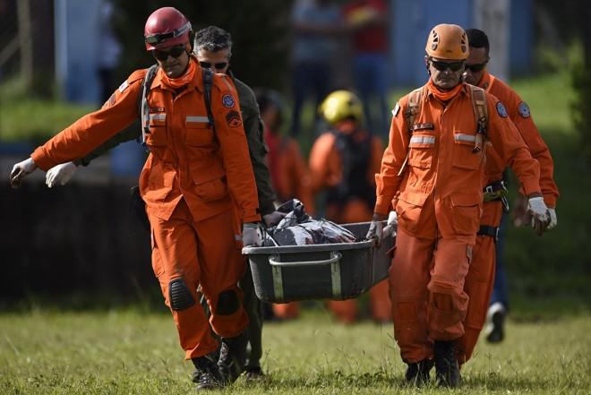 11 mortes foram confirmadas até as 16 horas de sábado, mas ainda há quase 300 desaparecidos. | Douglas Magno/AFP