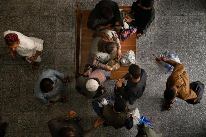 Jovens são revistados no centro de detenção juvenil de Badam Bagh, em Cabul, Afeganistão, depois de visitarem suas famílias, em 8 de agosto de 2018. Crianças afegãs de até oito anos foram presas após serem pegas preparando ataques suicidas. As autoridades se preocupam com o que fazer quando crescerem. | KIANA HAYERI/NYT
