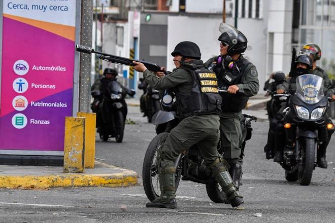 Polícia combate manifestantes durante um protesto contra o governo do ditador Nicolas Maduro   YURI CORTEZ/AFP