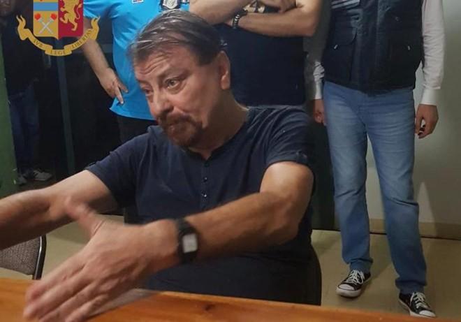 Imagem divulgada neste domingo pela Polícia Italiana, de momentos após a prisão de Cesare Battisti | HANDOUT/AFP