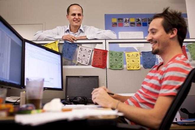 Laszlo Bock, ao fundo, liderou vários projetos da área de RH do Google. Agora, ele é CEO da startup Humu. | Peter Dasilva/NYT