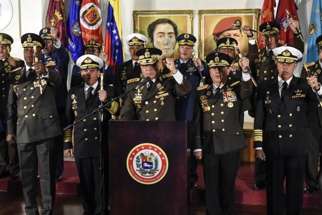 O ministro da Defesa da Venezuela, Vladimir Padrino López, cercado de oficiais militares de alto escalão, em pronunciamento transmitido na quinta (24), em que declaram lealdade a Maduro | Carlos Becerra /Bloomberg