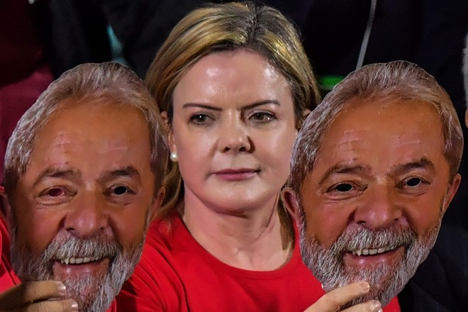 Gleisi ao lado de máscaras de Lula: ex-presidente referendou apoio do PT ao ditador Maduro. | Nelson Almeida/AFP