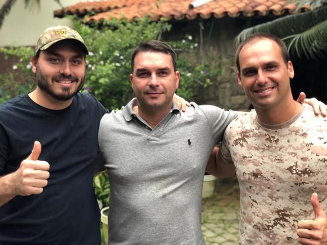 Flávio Bolsonaro, ao centro, ao lado dos irmãos Carlos (esquerda)e Eduardo (direita) | Divulgação/Facebook