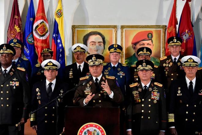 O ministro da Defesa da Venezuela, Vladimir Padrino Lopez (ao centro) fala em coletiva de imprensa em Caracas ao lado de membros do Exército para anunciar apoio a Nicolás Maduro, 24 de janeiro | LUIS ROBAYO /AFP
