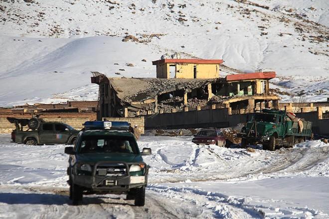 Veículo militar afegão próximo da base militar onde um atentado a bomba deixou vários mortos e feridos, na província de Wardak, Afeganistão. O Taleban reivindicou a responsabilidade pelo ataque | STR /AFP