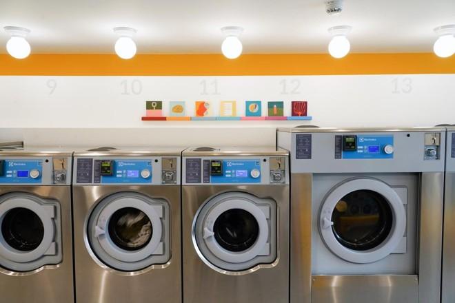 A lavandeira Celsious, no Brooklyn, em Nova York, abriga exposições de obras de arte ao fundo. Sim, obras de arte na lavanderia. | REBECCA SMEYNE/NYT
